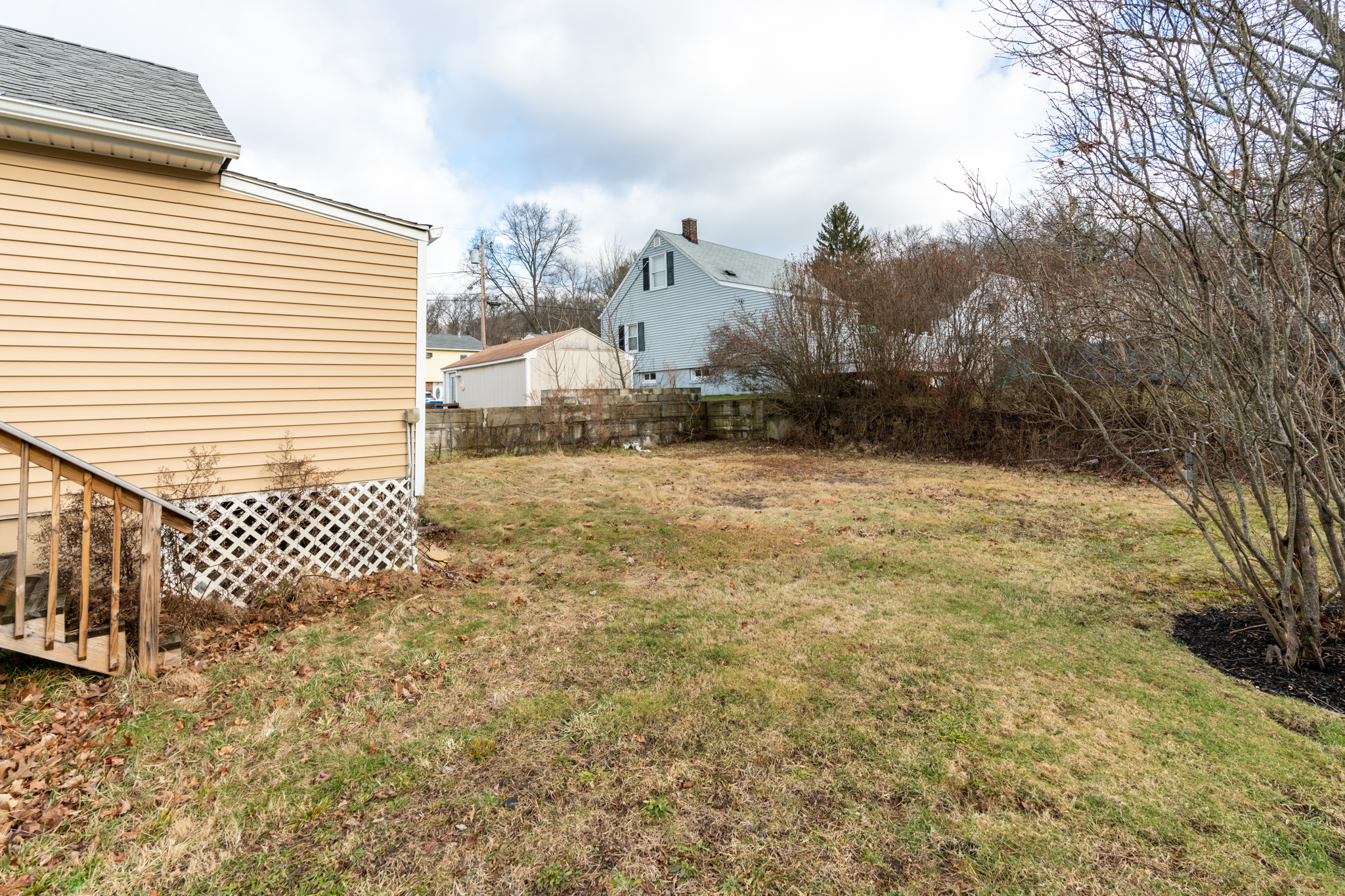 84 Mill Plain Ave Waterbury CT Yard